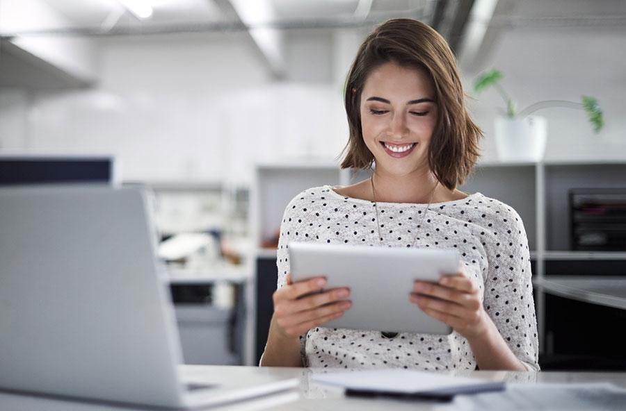 3-mulher-verificando-site-responsivo