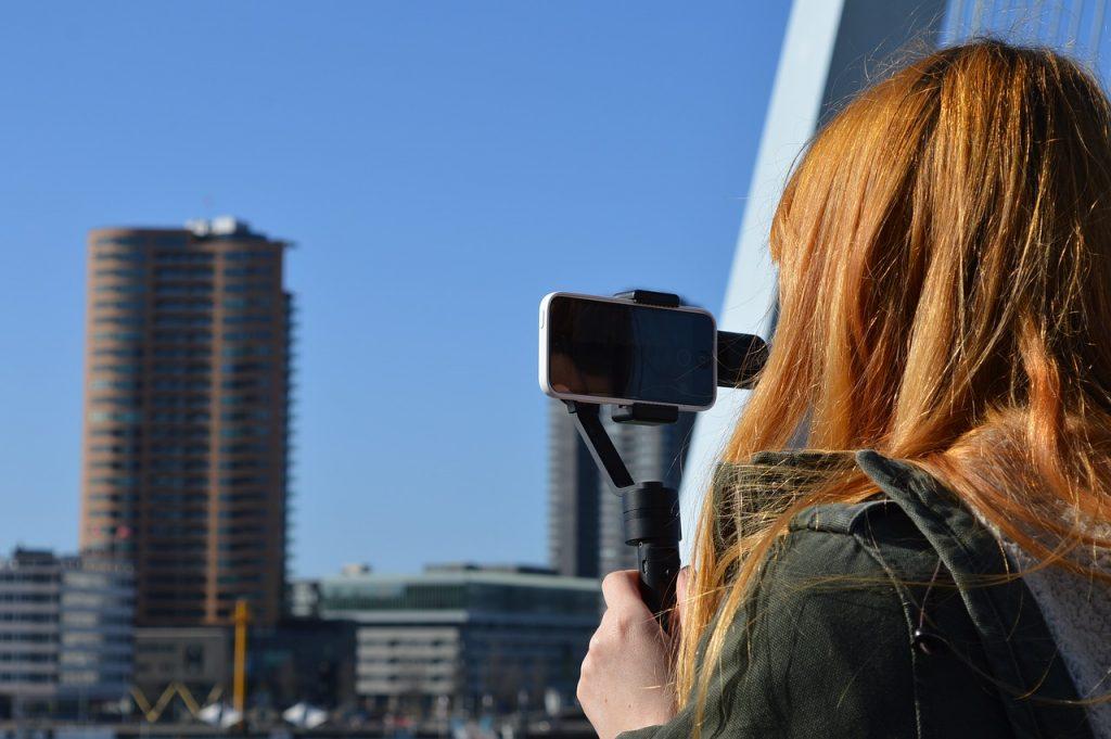 mulher gravando video do celular
